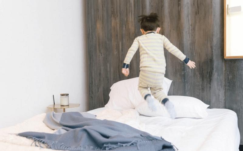 Dziecko skacze po łóżku